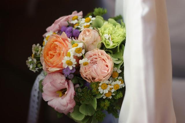 Stuhlsträußchen Pastell und Vintage Hochzeit in zarten Regenbogenfarben, Riessersee Hotel, Garmisch, Bayern, vintage lake-side wedding in pastel colours, Germany, Bavaria, wedding destination