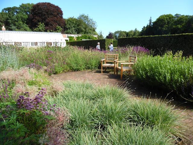 placyk wypoczynkowy z cegły w ogrodzie