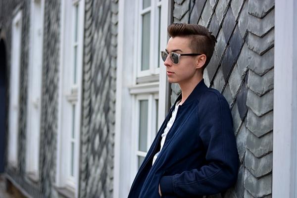 Fashionblogger lehnt gegen Kachelnwand in Erfurt Fotoshoot