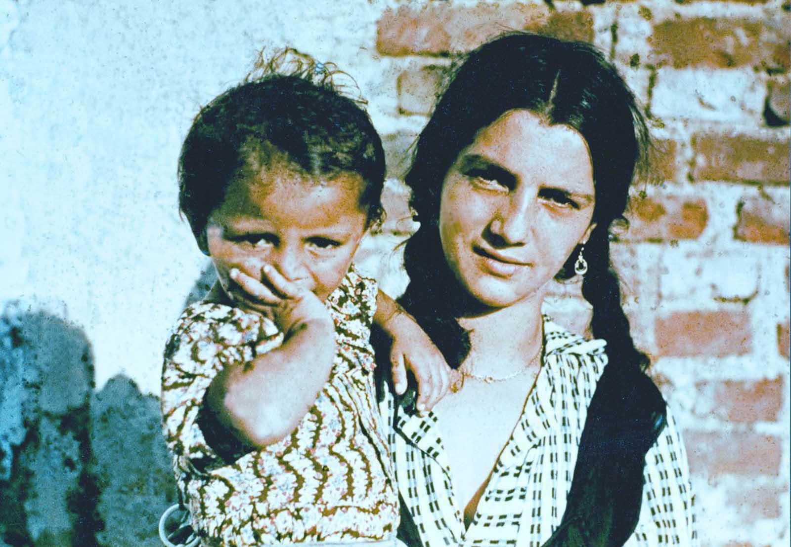 Una mujer y un niño romaníes en un campamento durante una investigación realizada por el Centro de Investigación de Higiene Racial en la Oficina de Salud del Reich. 1938.