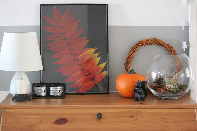 dekoracje jesienne, bukiet z liści, liście w ramce, jesień w salonie, biały salon, drewniana ściana w salonie,  stolik Isala, Atrapa kominka DIY, biały stół Ingatorp Ikea, białe krzesła Ingolf