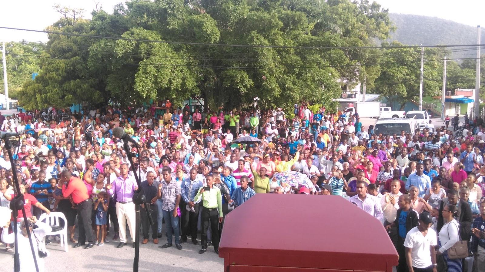 Miles de cristianos evangélicos marchan en Cabral celebrando el día Nacional de La Biblia.