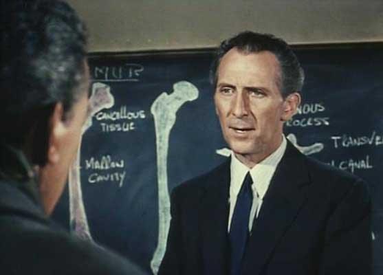 Peter Cushing en una secuencia de S.O.S. El mundo en peligro