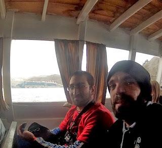 Animados no barco, em direção à Ilha do Sol.