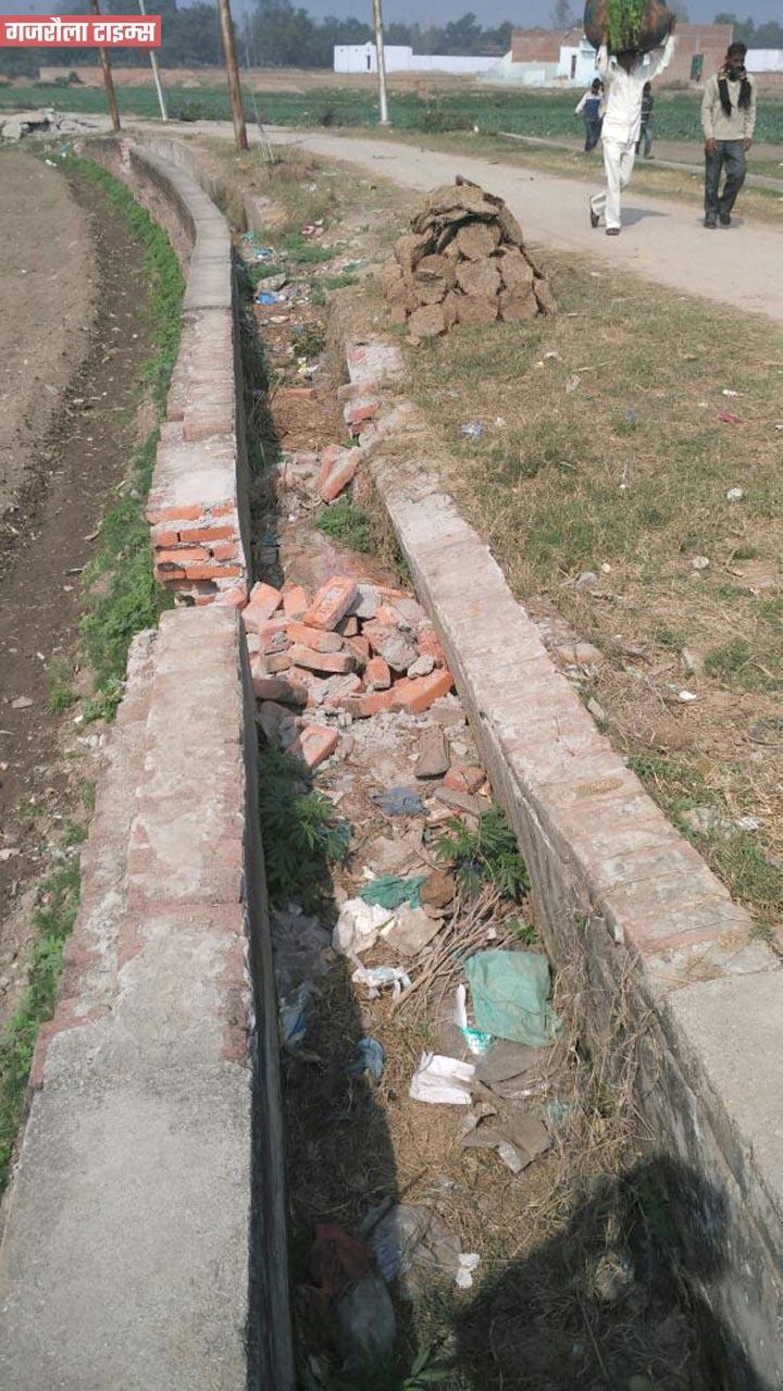 हसनपुर-में-टूटी-सड़कें