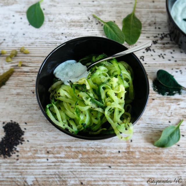 Espaguetis-de-pepino-con-salsa-de-yogur-y-espirulina