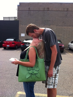 Standing-up kisses look hilariously awkward: Short Girlfriend Problems