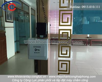 Hình ảnh thực tế nút nhấn exit và đầu đọc ZKTeco F18 trong hệ thống kiểm soát cửa được lắp đặt tại khách sạn dầu khí PVOIL Hải Phòng.