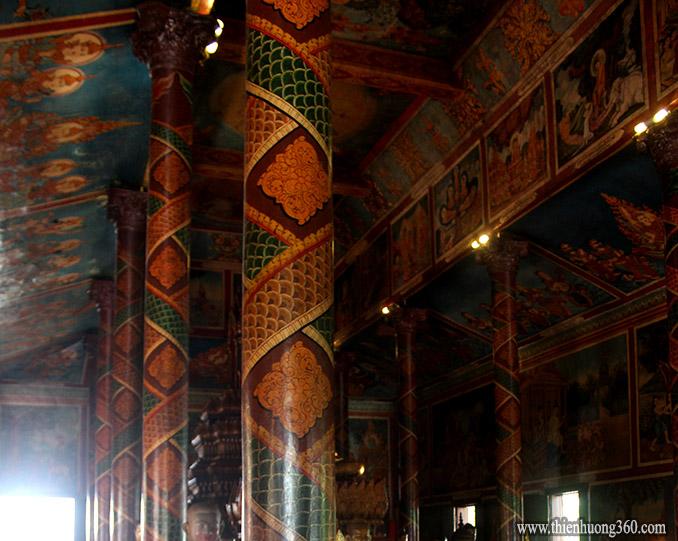 Cột, trần, vách chùa Wat Phnôm đều được vẽ rất đẹp