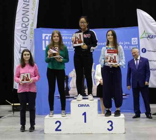 Le podium des filles de moins de 18 ans avec le titre de Championne de France 2018 pour la Monégasque Noela-Joyce LOMANDONG - Photo Fédération Française des Echecs