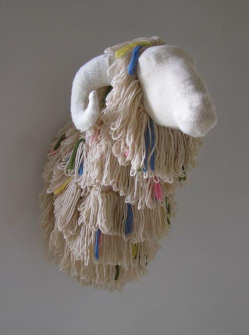 Escultura inusual con materiales reciclados.