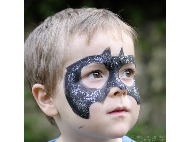 Ritratto di bambino con la maschera di Batman
