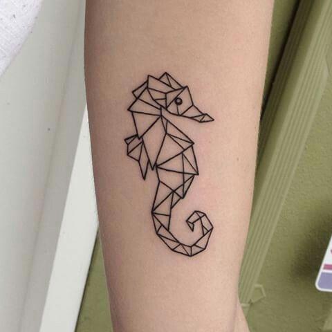 Tatuaje de caballito de mar estilo geométrico