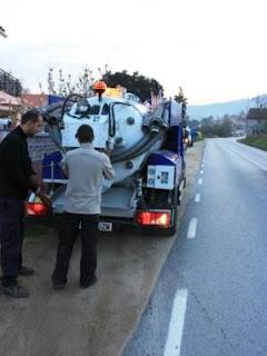 Llenado de depositos de agua con camión cisterna en Sabadell