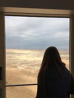 Marta de espaldas mirando las vistas desde el funicular que sube a Masada