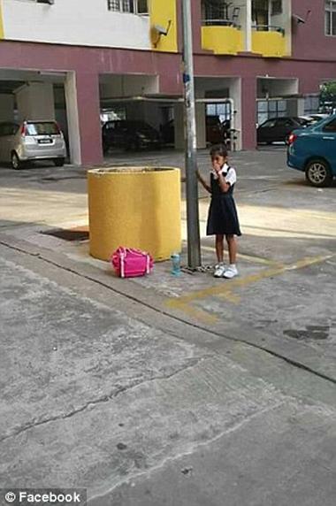 ΔΕΝ πίστευαν στα μάτια τους οι αστυνομικοί! Μητέρα αλυσόδεσε την κόρη της σε πάρκινγκ επειδή έκανε κοπάνα από το σχολείο! (ΦΩΤΟΓΡΑΦΙΕΣ ΝΤΡΟΠΗΣ)