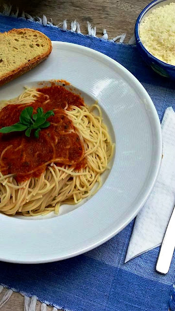Quick Greek tomato sauce with basil