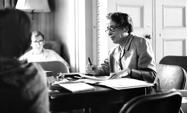 """""""Del desierto y los oasis""""  por Hannah Arendt."""