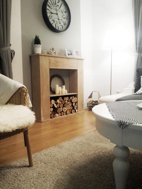 Atrapa kominka DIY, drewniany kominek, drewniany portal kominkowy, biały salon, biały stół i krzesła, Hemnes, Ingolf, duży zegar