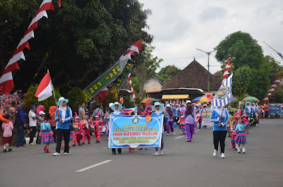 Ny. Arumi Bachcin Sangat Terhibur Oleh Tingkah Lucu Para Peserta Parade Marching Band tingkat PAUD Hingga SD