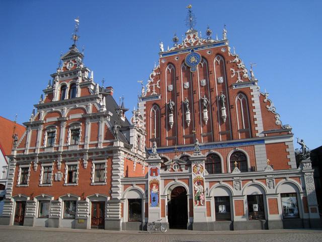 La famosa Casa de los Cabezas Negras, en Riga
