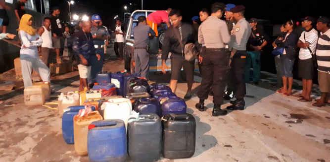 Petugas gabungan pengamanan pelabuhan kelas II Saumlaki yang terdiri dari anggota KP3 dan petugas Syahbandar secara paksa menurunkan sejumlah Bahan Bakar Minyak (BBM) yang coba diselundupkan penumpang KM. Sabuk Nusantara.