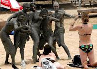 Witzige Gruppenbilder im Urlaub am Strand