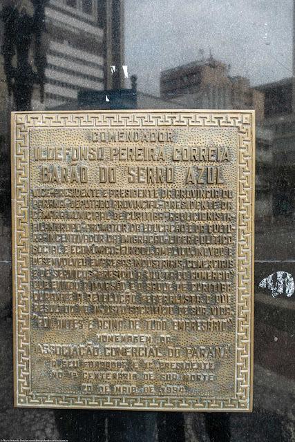 Placa afixada na herma com busto do Barão do Serro Azul na Associação Comercial do Paraná