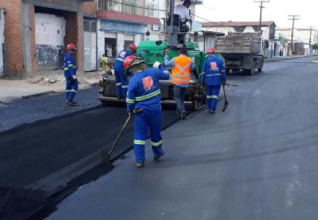 Em Piranhas, avançam as obras de pavimentação asfáltica da Avenida Batalha