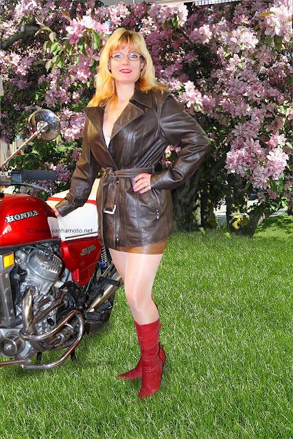 nahkatakki leather jacket korkeakorkoiset saappaat high heel boots sexy