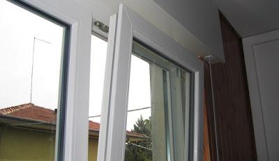 come-sistemare-finestra-anta ribalta-sganciata