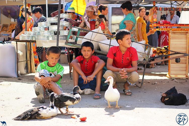Le Chameau Bleu - Blog Voyage Ouzbékistan - Enfants ouzbeks au marché