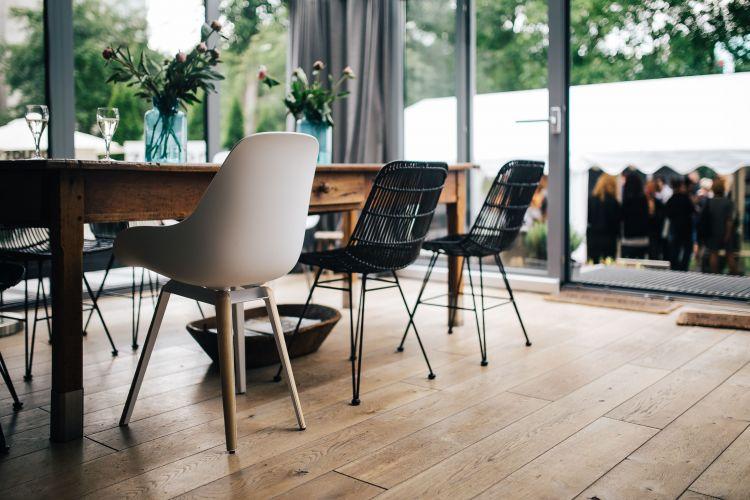 Duży stół z drewna