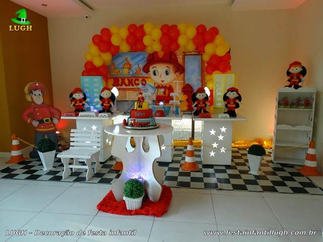 Decoração de mesa temática Bombeiros para festa de aniversário infantil