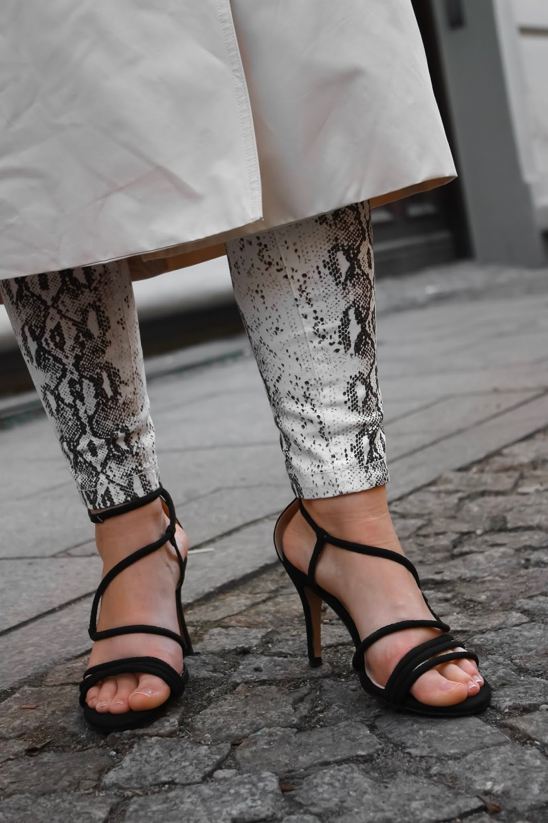 skóra węża, spodnie w wężową skórę, zwierzęce motywy, sandały z paskami