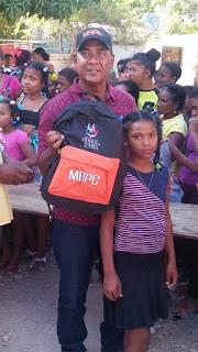 Obras Públicas entrega útiles escolares en Barahona