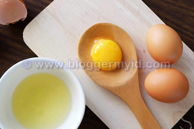 Sebelum membaca postingan ini yang mengenai manfaat sebutir telur untuk seluruh tubuh, pastinya Anda telah membaca postingan yang lalu mengenai khasiat dan manfaat daging merah untuk kesehatan tubuh.    Untuk mendapatkan asupan protein yang cukup, mungkin banyak diantara Anda yang selalu mengandalkan daging ataupun sumber makanan hewani lain. Ya, selain daging merah dan ikan, beberapa makanan hewani juga memiliki kandungan protein yang tinggi, seperti telur.    Namun bukan hanya protein, telur baik yang berasal dari ayam maupun bebek memiliki kandungan nutrisi lain yang tak kalah beragamnya.    Dimana masing-masing nutrisi ini memiliki manfaat tersendiri bagi tubuh Anda.  Ingin tahu lebih lengkap tentang manfaat telur untuk tubuh Anda? berikut beberapa diantaranya.    1. Sumber protein Seperti yang sudah dijelaskan di atas, jika salah satu nutrisi atau gizi yang paling banyak terkandung dalam sebutir telur adalah protein. Dimana kandungan protein pada sebutir telur terdapat 6,5 gram.    Protein sendiri memiliki manfaat yang begitu baik untuk tubuh Anda, seperti merangsang pertumbuhan, memperbaiki jaringan tubuh yang rusak juga membantu pembentukan jaringan tubuh yang baru serta sehat.    Selain protein, telur juga memiliki kandungan 9 jenis asam amino yang tak dapat diproduksi oleh tubuh dan hanya bisa Anda dapatkan dari makanan yang Anda konsumsi.    2. Bagus untuk mata Salah satu nutrisi atau gizi yang dibutuhkan untuk menjaga kesehatan mata adalah vitamin A. Dimana vitamin ini akan Anda dapatkan dengan mudah di wortel atau jenis buah dan sayur berwarna cerah lainnya.    Namun siapa sangka jika telur juga memiliki kandungan vitamin A yang cukup tinggi. bahkan tak hanya vitamin A, namun telur juga memiliki kandungan Zexanthin dan Lutein yang merupakan antioksidan yang begitu bagus untuk kesehatan mata.    Manfaat telur yang satu ini pun bisa sekaligus melindungi retina mata, serta banyak digunakan untuk pengobatan katarak atau sekedar untuk pencegahan.    3. Tidak 