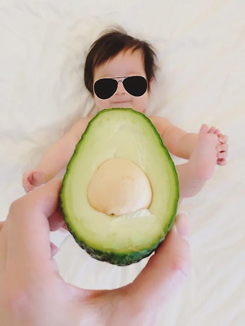 Ibu Kreatif Foto Bayinya dengan Memakaikan Baju dari Makanan