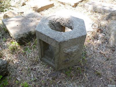 彫刻された石