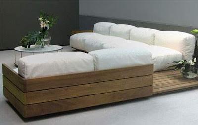 Com um pouco de criatividade é possível transformá-los em muitas coisas incríveis e originais. Veja alguns modelos de sofás criados com madeiras de paletes.