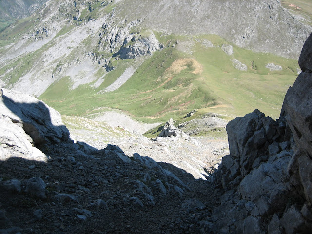 Rutas Montaña Asturias: Bajando de Peña Ubiña por la canal de la Fana, vista de collado Terreos