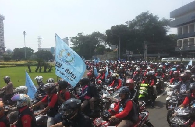 Ngenes Amat, Buruh Demo Istana, Jokowi Malah Ke Hongkong, Tapi di Hongkong juga Didemo TKI!