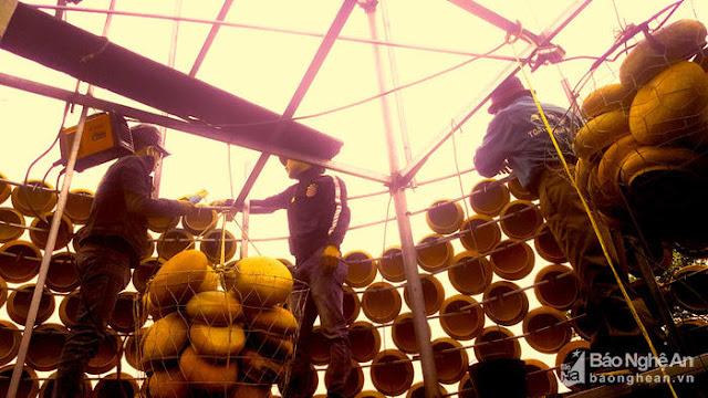Cây thông Noel độc nhất vô nhị được làm từ hơn 5.000 chiếc nồi đất - Ảnh minh hoạ 6