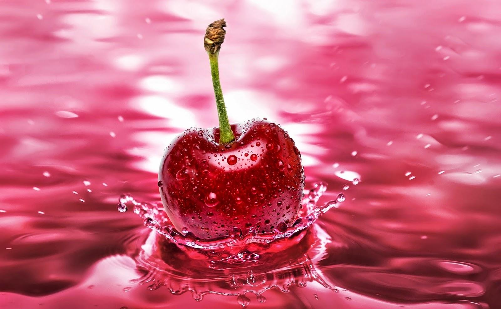 Rode kers valt in roze water