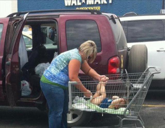 13 Foto Konyol Kelakuan Ibu-Ibu Ketika Asyik Berbelanja Di Mall, Asli Bikin Ngakak!