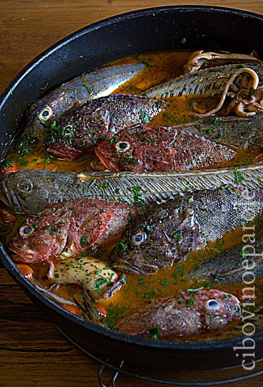 brodo aggiunto ai pesci per zuppa -ricetta