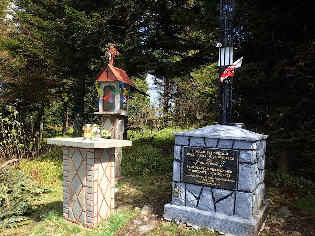 Widny Zrąbek (krzyż i kapliczka), maj 2019