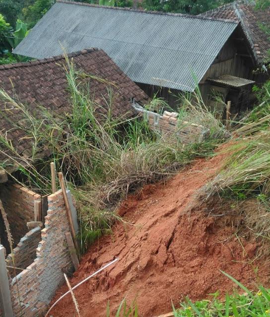 Satu Rumah Warga Tertimbun Tebing Longsor