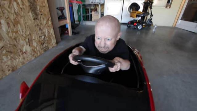 Verne Troyer se compra un Tesla Model S... para niños