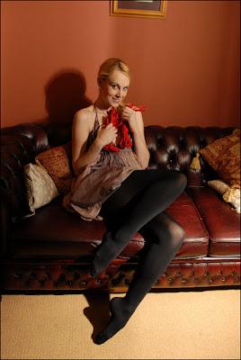 mujer deseando ser atada y amordazada
